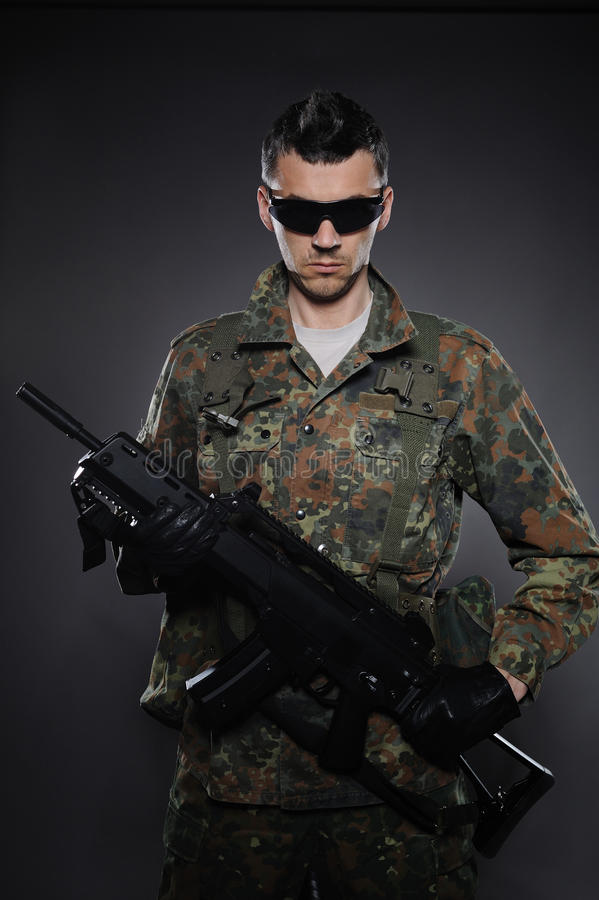 弹药伪装步枪战士 库存图片