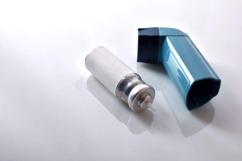 弹药筒和蓝色医学吸入器高的视图 库存照片