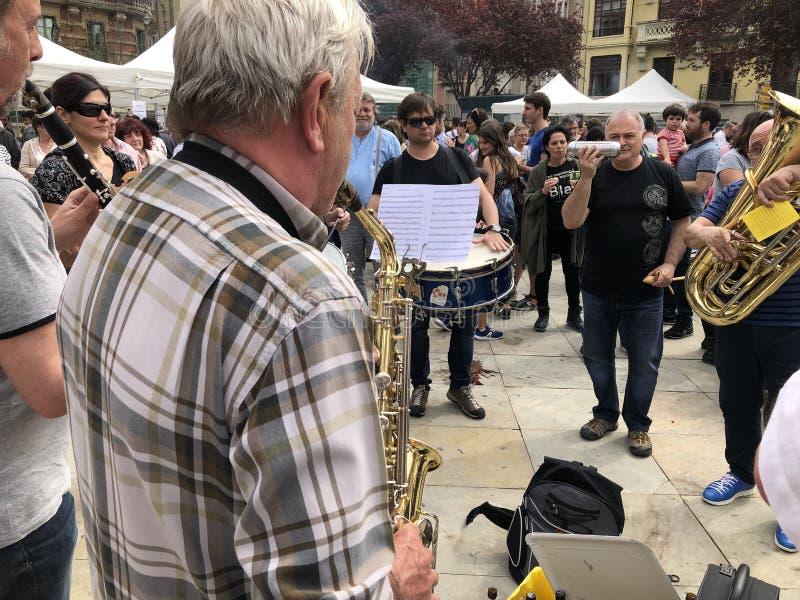 弹萨克斯管的老人在潘普洛纳 免版税图库摄影