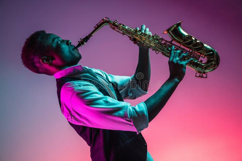 弹萨克斯管的非裔美国人的爵士乐音乐家 免版税库存图片