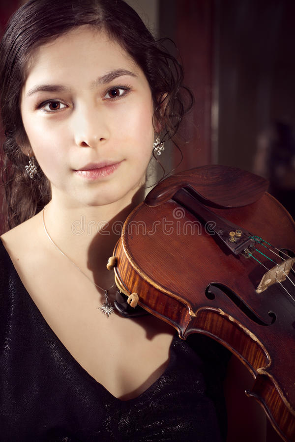 弹葡萄酒小提琴的女孩 库存图片