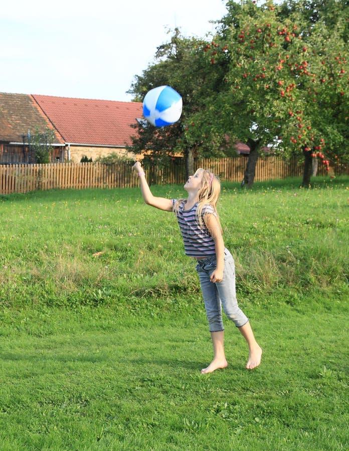 弹起的女孩膨胀球 库存图片