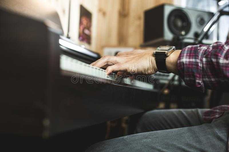 弹钢琴的手的细节 钢琴演奏家概念 库存图片