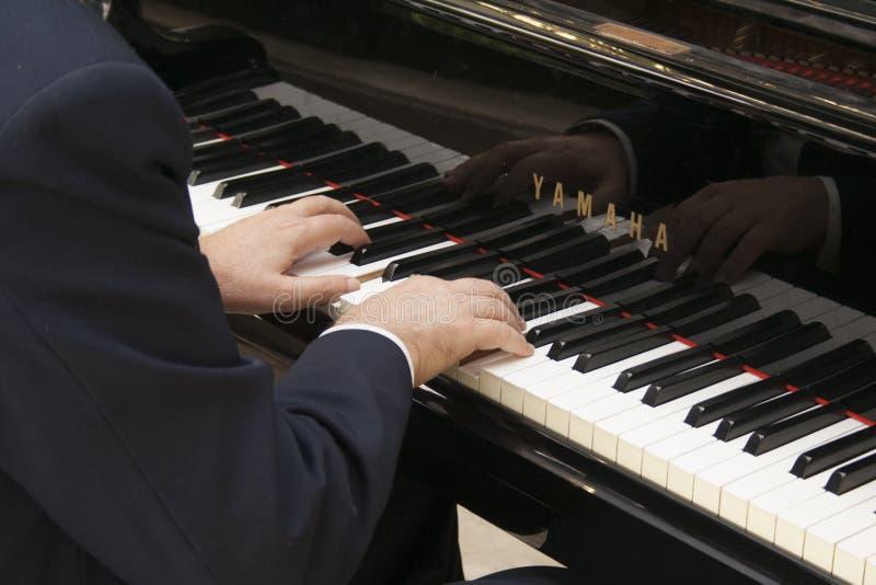 弹钢琴的现有量 免版税库存照片