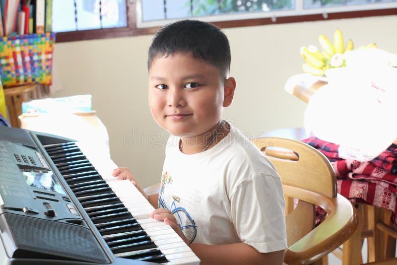 弹钢琴的小男孩 免版税图库摄影