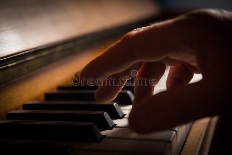弹钢琴的手 免版税库存图片