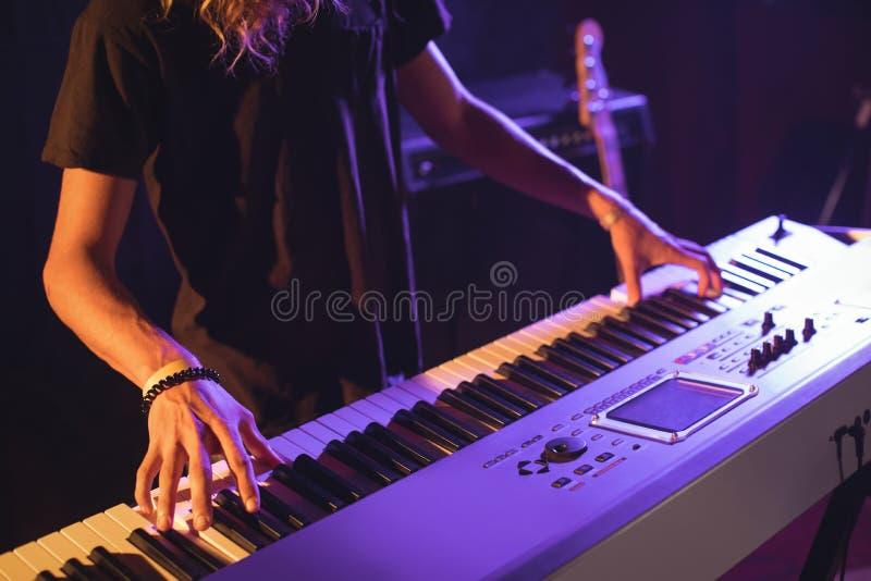 弹钢琴的男性音乐家的中间部分 库存图片
