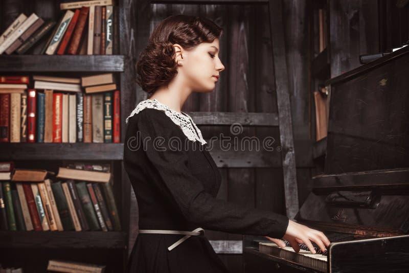 弹钢琴 免版税库存图片
