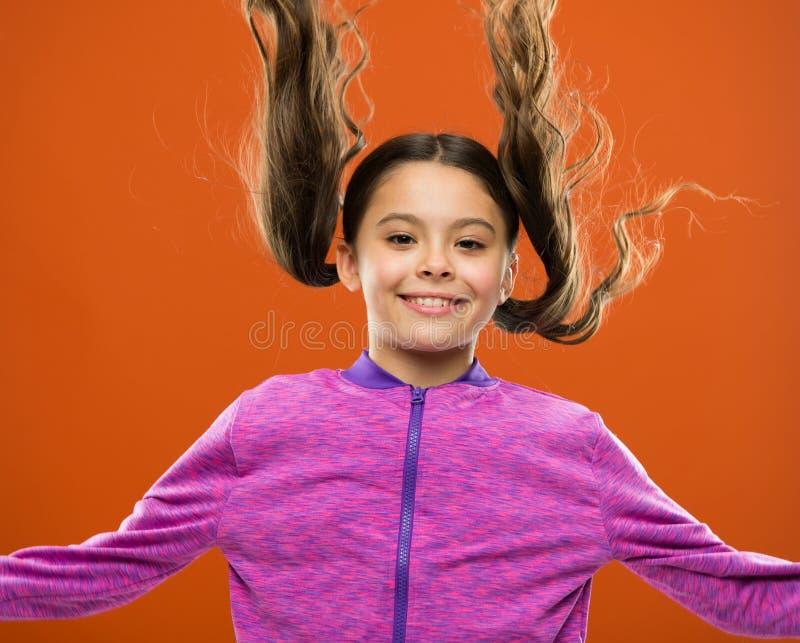 强和健康头发概念 如何对待卷发 做孩子的容易的技巧发型 舒适的发型为 图库摄影