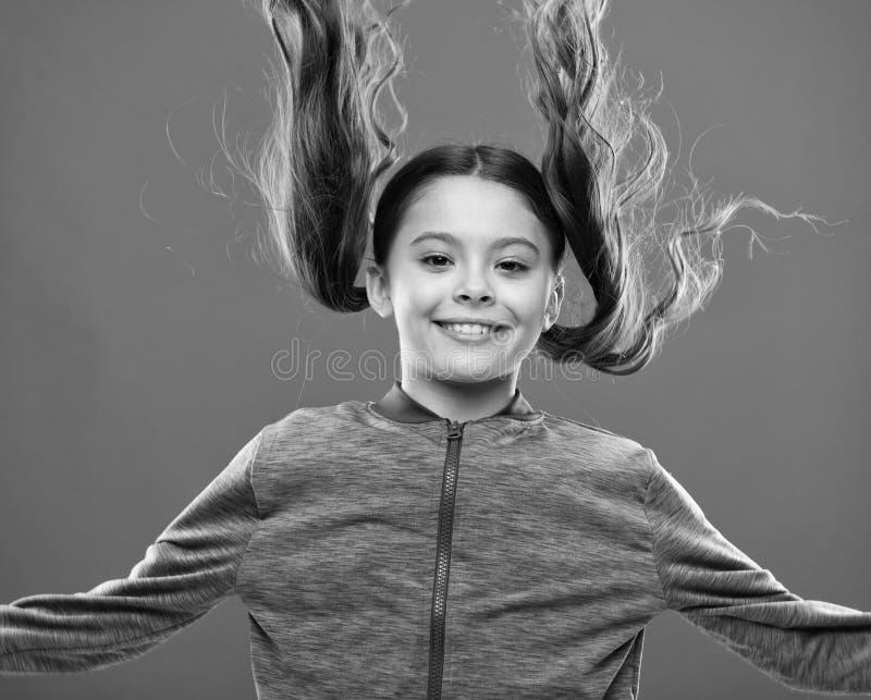 强和健康头发概念 如何对待卷发 做孩子的容易的技巧发型 舒适的发型为 免版税库存照片