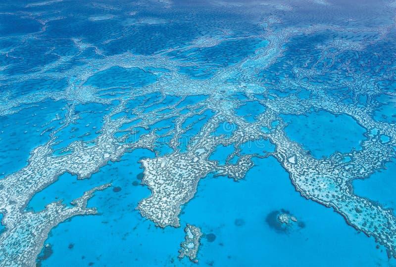 强壮的珊瑚礁的空中射击在Whitsunday海岛的 免版税库存图片