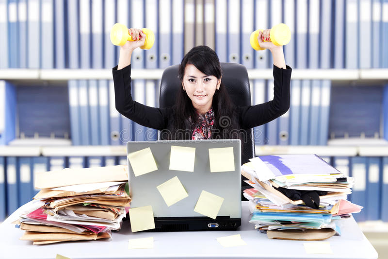 强大女实业家的办公室 免版税图库摄影