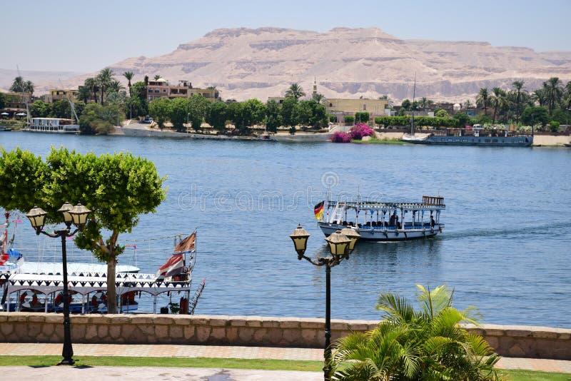 强大河尼罗谷在埃及 游览小船 免版税图库摄影