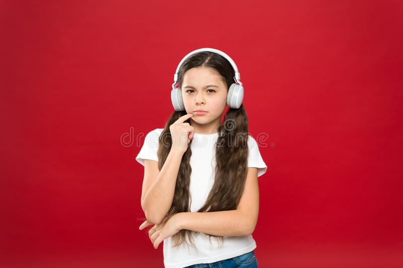 强有力的作用音乐少年他们的情感,世界的悟性 女孩听在红色背景的音乐耳机 免版税库存照片