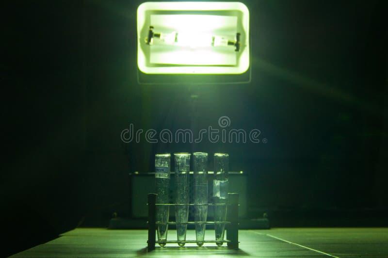 强有力的工业绿色激光设备在物理研究的一个实验室 免版税图库摄影