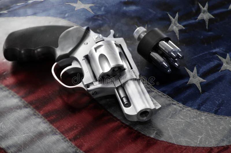 强有力的手枪和子弹 免版税库存图片