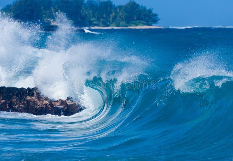 强有力的波浪打破在Lumahai海滩,考艾岛 免版税图库摄影