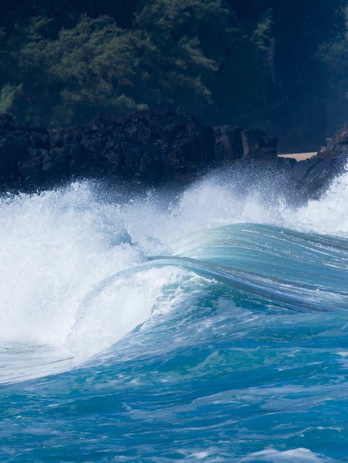 强有力的波浪打破在Lumahai海滩,考艾岛 免版税库存照片
