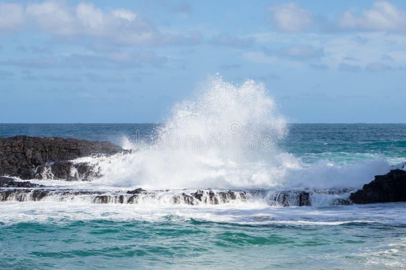 强有力的波浪漫过岩石在Lumahai海滩,考艾岛 库存照片