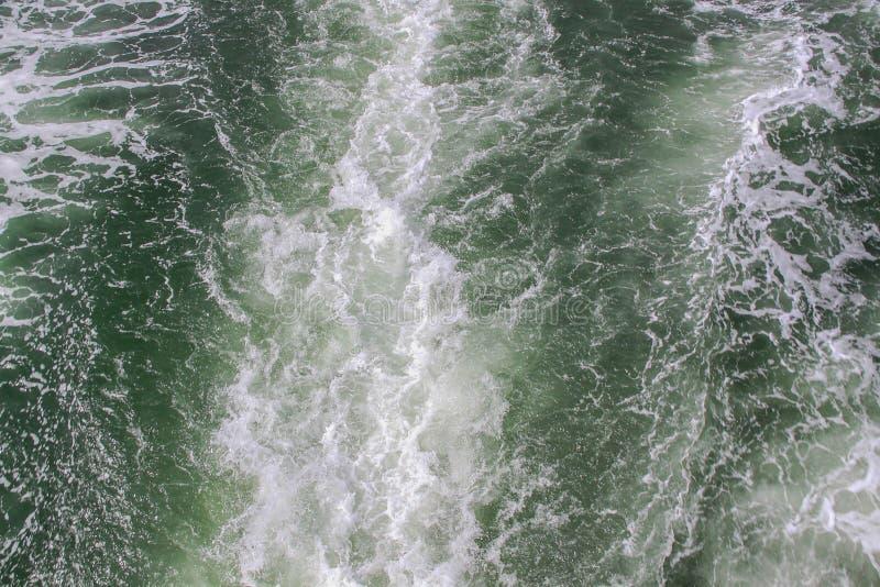 强有力的速度轮渡引擎形成的水踪影 后边海表面上的足迹速度小船 免版税库存图片