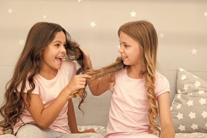 强的头发 与头发的儿童快乐的戏剧在卧室 愉快的童年片刻 充分孩子女孩姐妹的最好的朋友 库存照片