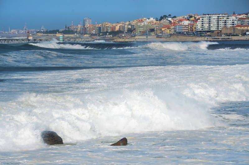 强的波浪 库存图片