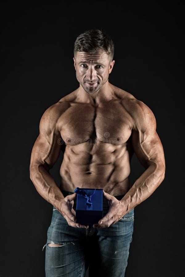 强的肌肉强调阳刚之气性别 秘密礼物为情人节 睾甾酮 爱期间 免版税库存图片