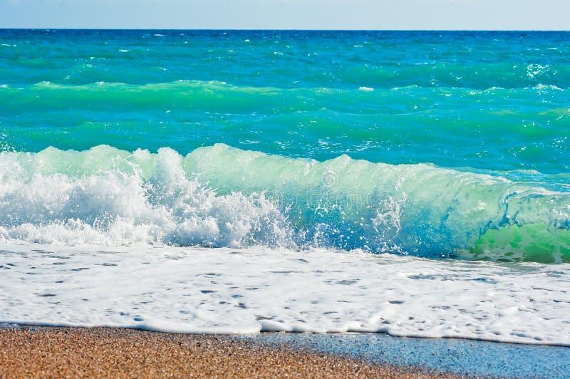 强的起泡沫的波浪和海滩 库存照片