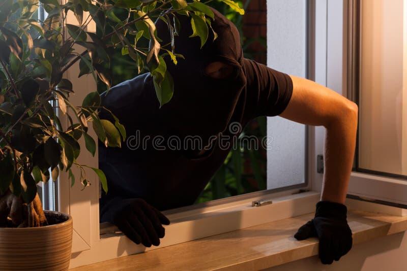 强盗在房子里 免版税库存照片