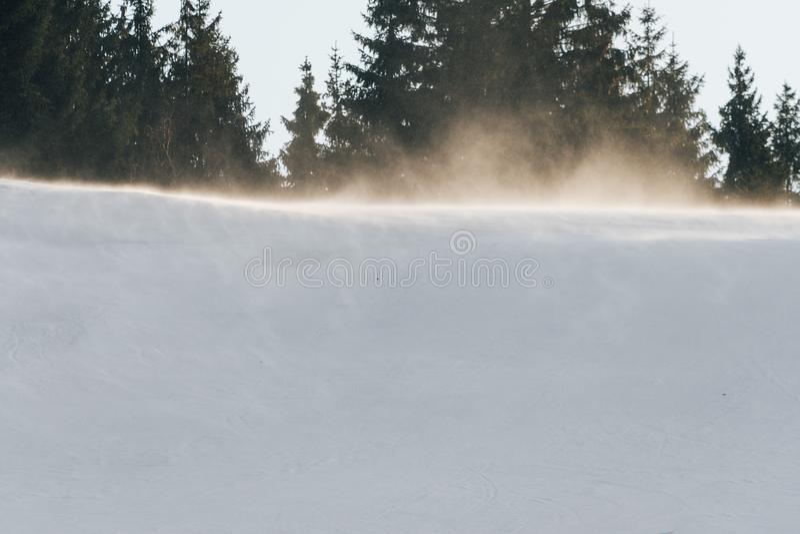 强风阵风在滑雪倾斜顶部 库存图片