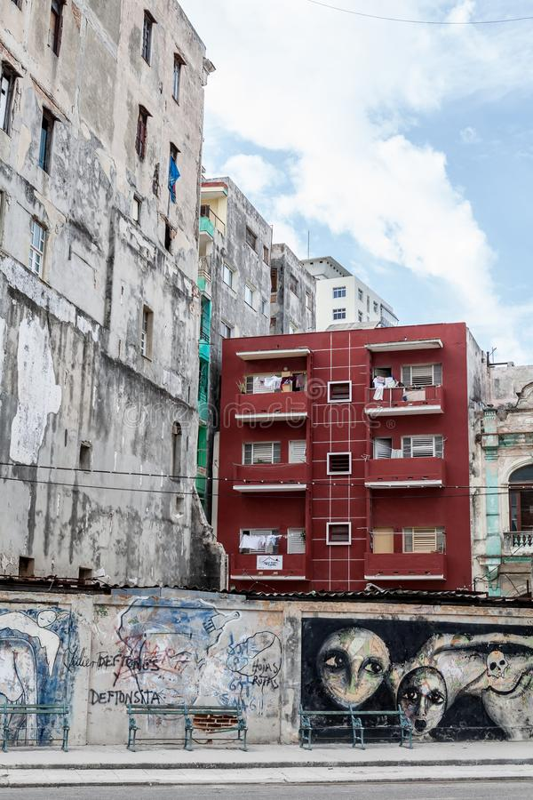 归属自豪感显示与在老建筑学旁边的很好被维护的大厦 库存图片