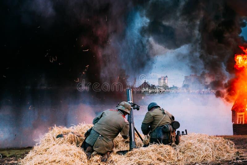 当二战德国士兵穿戴的再enactors解雇从灰浆 库存图片