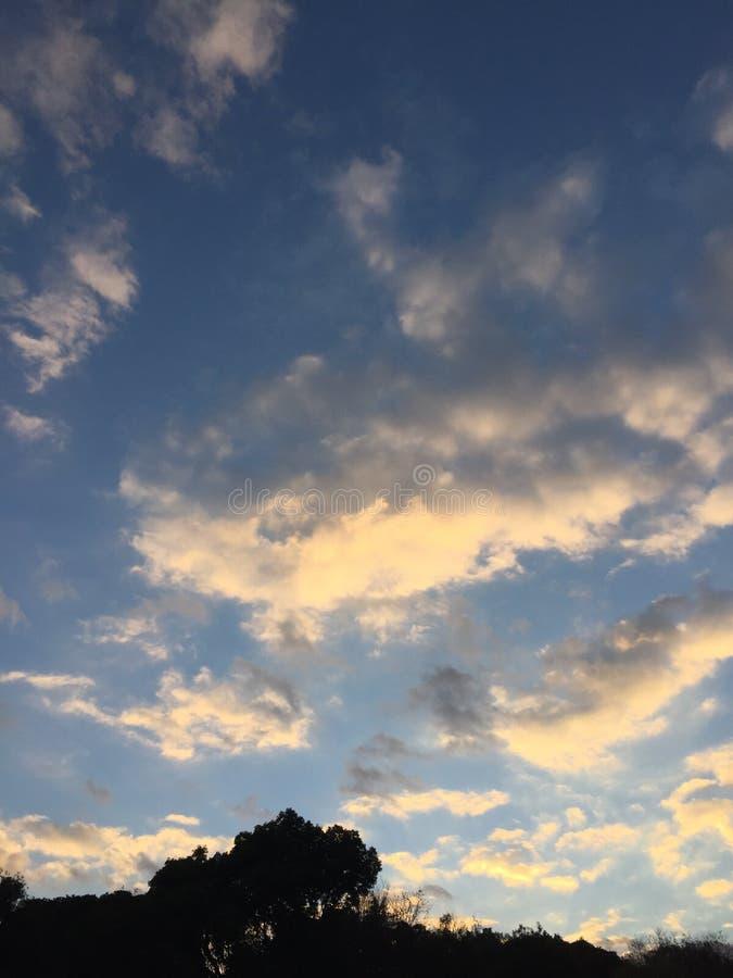 当云彩漂浮时,天空暮色 免版税库存照片