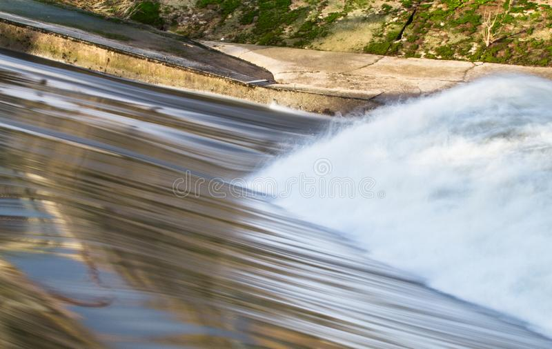 当他们从柔和的人造瀑布,反弹波浪碰撞 库存图片