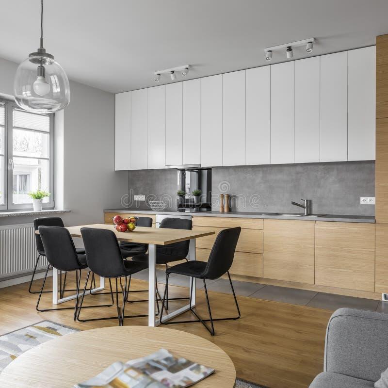 当代室内设计在厨房里 免版税库存照片