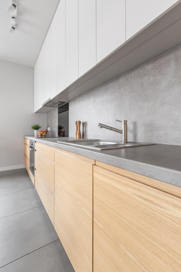当代木和白色厨房家具 库存照片