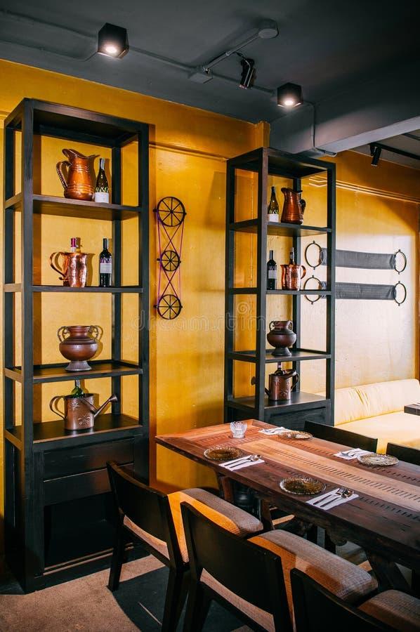 当代木饭桌和椅子与明亮的黄色wa 图库摄影