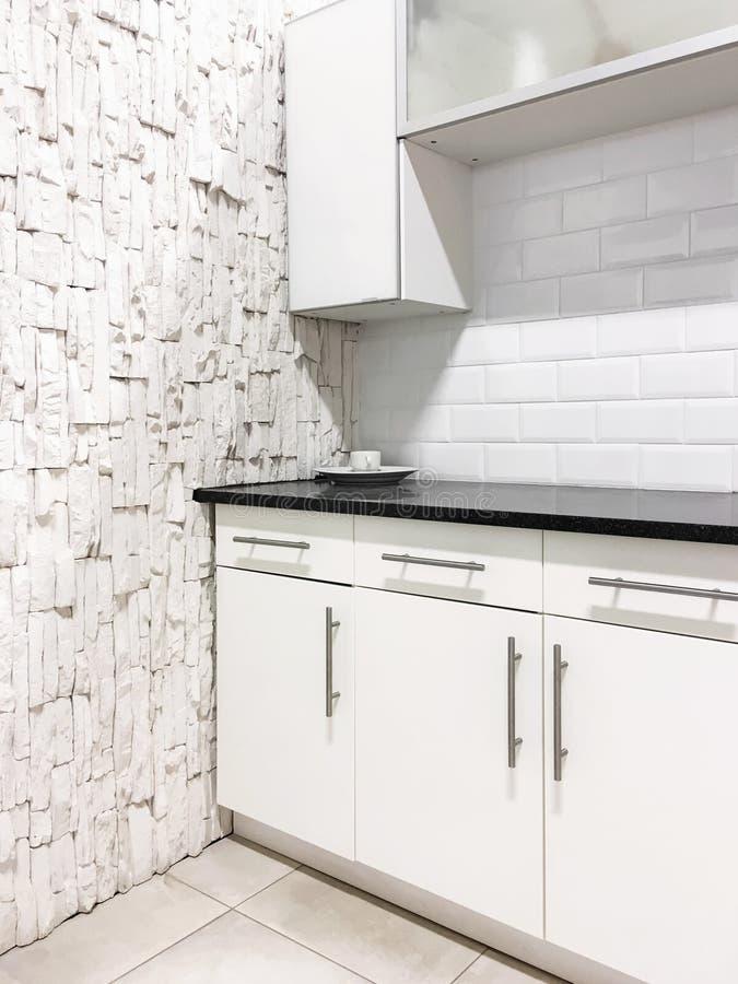 当代白色厨房 免版税库存照片