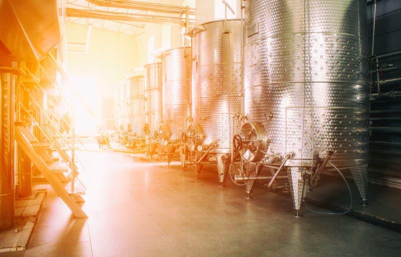 当代酿酒商工厂的设备 免版税库存照片