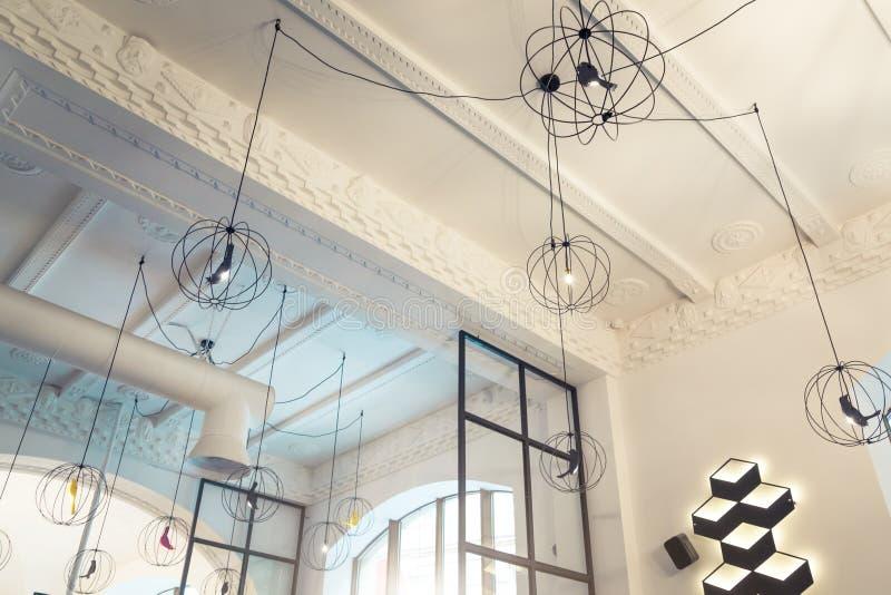 当代餐馆天花板设计  休息室垂饰 顶楼光 咖啡馆内部 免版税库存照片