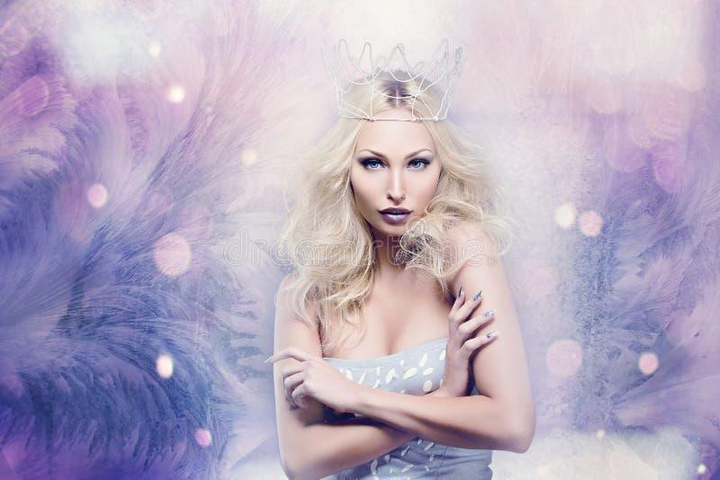 当冬天女王/王后打扮的美丽的妇女 免版税库存图片