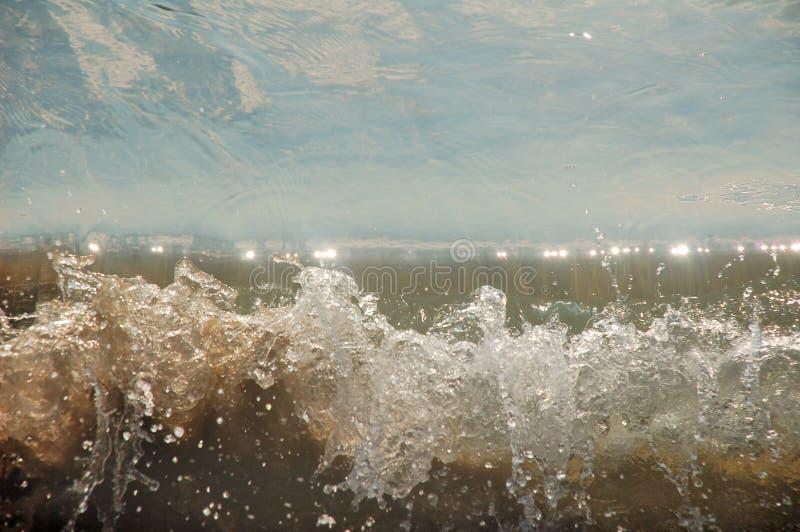 当到达对岸时,波浪打破 免版税库存图片