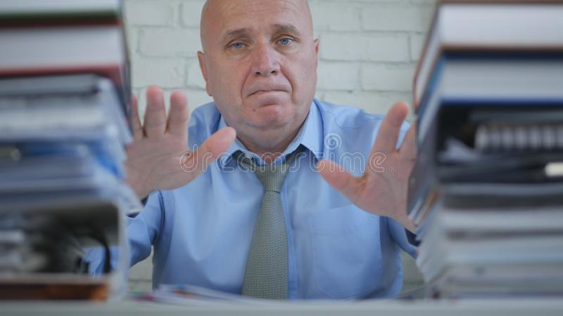 当前他的工作的确信的商人在认为的档案室 免版税库存照片