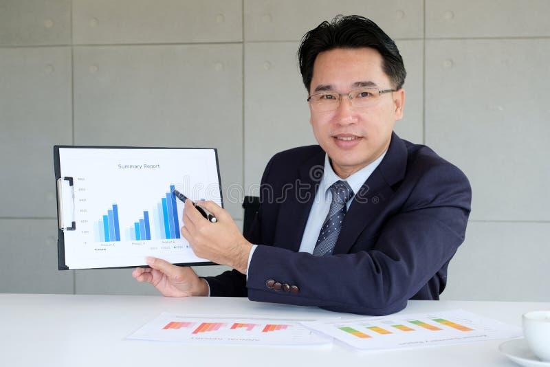 当前企业信息的商人在办公室会议,商人上 免版税库存照片