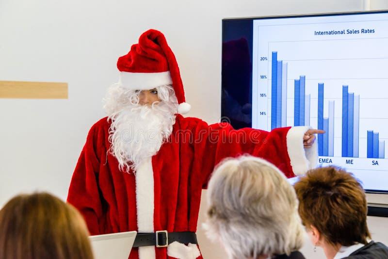 当前在业务会议的女性圣诞老人 库存图片