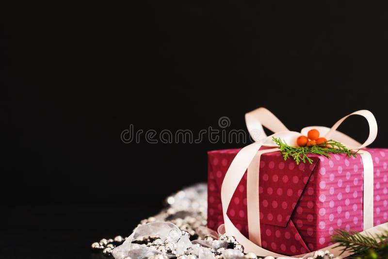 当前女性礼物紫色白色小珠丝带黑色 库存图片