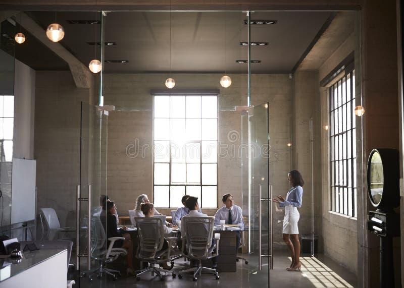 当前对同事的女实业家在会议室会议上 免版税库存照片