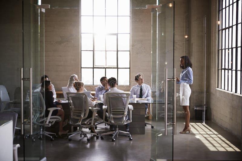 当前对同事的女实业家在会议室会议上 图库摄影