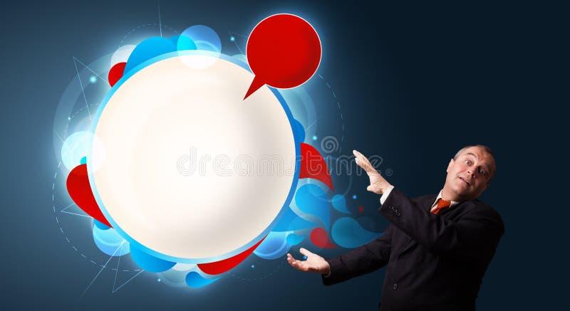 当前演讲泡影复制的滑稽的生意人 免版税库存照片