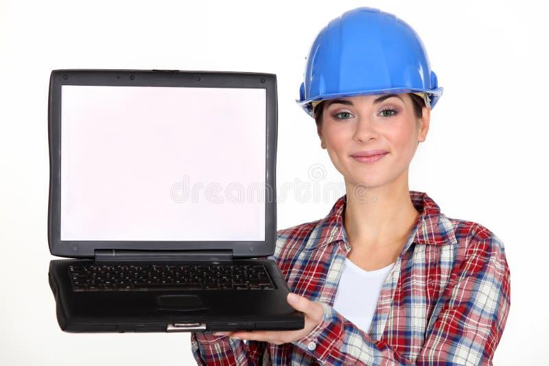 当前膝上型计算机的建筑工人。 库存图片